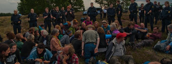 Die Besetzung wird eingekesselt, Foto: Jens Volle / Gewaltfreie Aktion GÜZ abschaffen