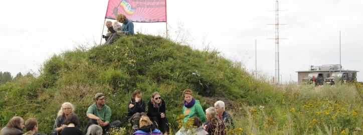 Einige Menschen der Besetzung, Foto: Jens Volle / Gewaltfreie Aktion GÜZ abschaffen